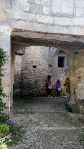 der Philosoph Michel de Montaigne lebte von 1533 - 1597 - ab seinem 38 Lebensjahr zog er sich in den großen Turm zurück und lebte dort mit seiner Frau